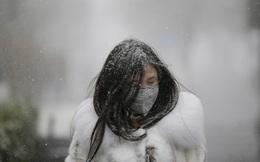 24h qua ảnh: Cô gái đi dưới mưa tuyết ở Bắc Kinh