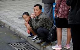24h qua ảnh: Hành khách mệt mỏi chờ xe bus ở Triều Tiên