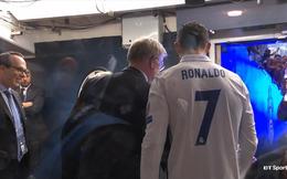 Gặp mặt Sir Alex Ferguson, Ronaldo lao vào ôm và rối rít khoe con trai