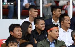 """""""Ngó lơ"""" Ryan Giggs, sao trẻ của ĐT Việt Nam tình tứ cùng bạn gái trên khán đài"""
