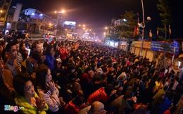 Hàng nghìn người ngồi giữa đường dâng sao giải hạn đầu năm