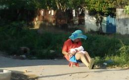 """Ông bố đội chiếc mũ xanh rộng vành của vợ đưa con đi phơi nắng khiến trái tim chị em """"tan chảy"""""""