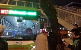 Buýt nhanh Hà Nội rạn kính phía trước vì đâm vào cây xà cừ