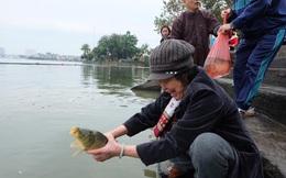 Người dân Thủ đô thả cá chép đưa ông Táo về trời