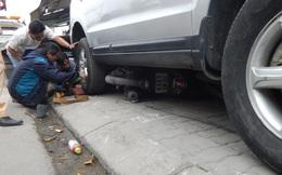 """Ô tô mất lái chồm lên vỉa hẻ """"nuốt"""" nhiều xe máy khiến dân hoảng sợ"""