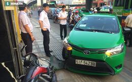 Tài xế taxi tông thẳng xe vào tên cướp trên đường phố Sài Gòn
