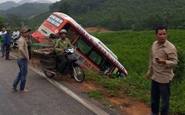 Mất lái khi xuống dốc, xe buýt lao xuống vực khiến hành khách hoảng loạn