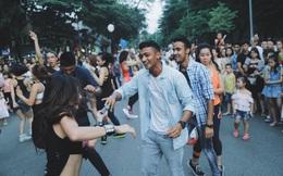 Các em nhỏ náo loạn phố đi bộ Hà Nội khi dạy nhảy cho du khách nước ngoài