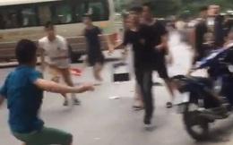 Hà Nội: Hai nhóm nam thanh niên cầm hung khí lao vào hỗn chiến giữa phố