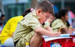"""Khoảnh khắc cậu học trò nhỏ mếu máo vì không làm được bài thi khiến dân mạng """"tan chảy"""""""