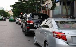 Ảnh: Hàng dài ô tô tái chiếm lòng lề đường quận 1 sau khi ông Đoàn Ngọc Hải ngừng ra quân