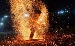 7 ngày qua ảnh: Màn múa lửa độc đáo của vũ công Việt Nam