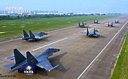 """[ẢNH] """"Song kiếm"""" Su-30MKK và J-10 của Trung Quốc huấn luyện tác chiến"""