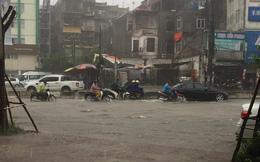 Hà Nội mưa lớn, hình ảnh các tuyến phố ngập lụt được dân mạng cập nhật liên tục