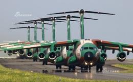 """Màn diễu binh """"Voi đi bộ"""" hoành tráng của phi đội vận tải cơ Nhật Bản"""