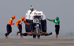 24h qua ảnh: Binh sĩ Ấn Độ trình diễn ngoạn mục với hơn 10 người trên một chiếc mô-tô