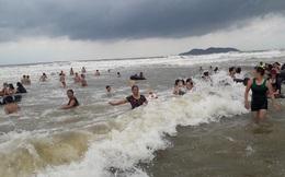 """[Ảnh] Mặc bão vào, hàng trăm du khách """"liều mình"""" tắm biển rồi bỏ chạy khi có sóng lớn"""