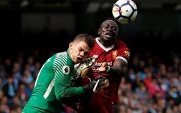 """Đạp thủ môn như đánh võ, sao Liverpool bị đuổi khỏi sân trong """"trận cầu đinh"""""""