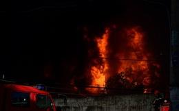 Hàng trăm cảnh sát đang dập đám cháy lớn ở công ty nhựa vùng ven Sài Gòn
