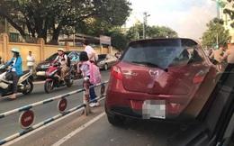 Hành động gây nhức nhối của bà mẹ trước cổng trường tiểu học ở Sài Gòn