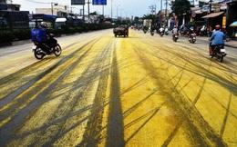"""TP.HCM: Người đi đường nhắm mắt, bịt mũi """"tháo chạy"""" khỏi đoạn đường bị phủ hóa chất màu vàng"""