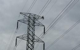 Thanh niên nghi ngáo đá trèo lên trụ điện cao gần 100m, ngồi gần 3 tiếng