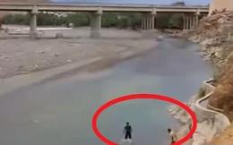 Đang lội dưới sông, 2 người đàn ông vội chạy lên bờ: Nhìn lại mới biết mình vừa thoát chết