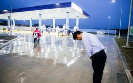 Dân mạng Việt nói gì về bức ảnh ông chủ người Nhật đội mưa cúi đầu chào khách?