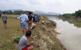 Cụ ông đi tìm trâu bị nước lũ trên sông cuốn mất tích
