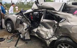 Người dân phá cửa cứu nữ tài xế kẹt cứng trong xế hộp ra ngoài