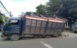 Tình cảnh hy hữu: Ô tô đỗ trên đường nhựa bị lún bánh