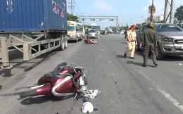 Để con nhỏ vặn ga xe máy khi chờ đèn đỏ, hai mẹ con bị ô tô tông văng hơn 10m nguy kịch