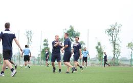 """Scholes kiến tạo 2 bàn đẳng cấp, giúp đội """"thầy ngoại"""" thắng trong trận derby PVF"""