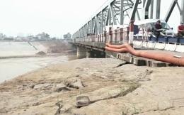 Cầu Đuống xuất hiện vết nứt dài, người dân di dời tránh nguy hiểm