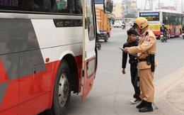 Chủ xe thuê xe ôm đứng ngay cổng trụ sở đội CSGT để theo dõi