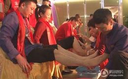 Trung Quốc: Lãnh đạo công ty tận tụy quỳ gối rửa chân cho nhân viên trong tiệc tất niên
