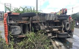 TP.HCM: Xe tải bị tông lật, hàng trăm bình nước văng xuống đường, 4 người bị thương