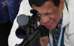 24h qua ảnh: Tổng thống Philippines kiểm tra súng bắn tỉa do Trung Quốc tặng