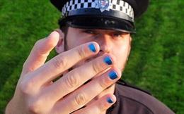 Cảnh sát gây tranh cãi khi sơn móng, mang giày cao gót để chống bạo lực gia đình