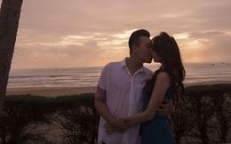 Trấn Thành hạnh phúc hôn Hari Won trên biển