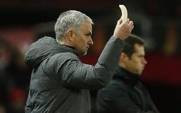 Hài hước: Mourinho tự tay bóc chuối đưa học trò ăn giữa trận đấu
