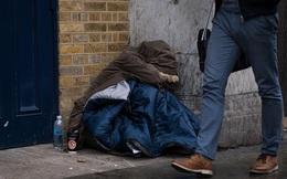 Giúp đỡ 1 cặp đôi giữa đêm lạnh, người đàn ông vô gia cư nhận cái kết ngọt ngào