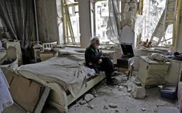 24h qua ảnh: Cụ ông ngồi nghe nhạc trong ngôi nhà đổ nát ở Aleppo