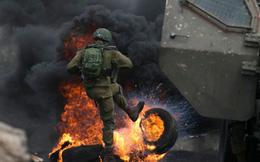 7 ngày qua ảnh: Lính Israel đá lốp xe cháy rực lửa trong cuộc đụng độ với người Palestine