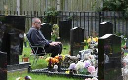 Mỗi ngày người chồng bị bệnh tim đều ngủ bên mộ của vợ cho đến khi cơ quan điều tra xuất hiện