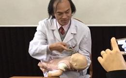 PGS.TS Nguyễn Tiến Dũng hướng dẫn kỹ năng sơ cứu khi trẻ bị hóc dị vật