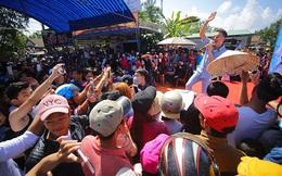 Khán giả đội nắng, chen lấn để xem Đàm Vĩnh Hưng biểu diễn