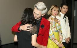Erik ôm mẹ bật khóc trong sự kiện