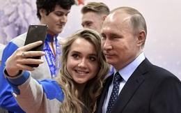 """24h qua ảnh: Putin chụp ảnh """"tự sướng"""" với nữ vận động viên xinh đẹp"""