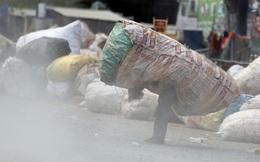 24h qua ảnh: Em bé nhọc nhằn cõng bao tải phế liệu mưu sinh ở Campuchia
